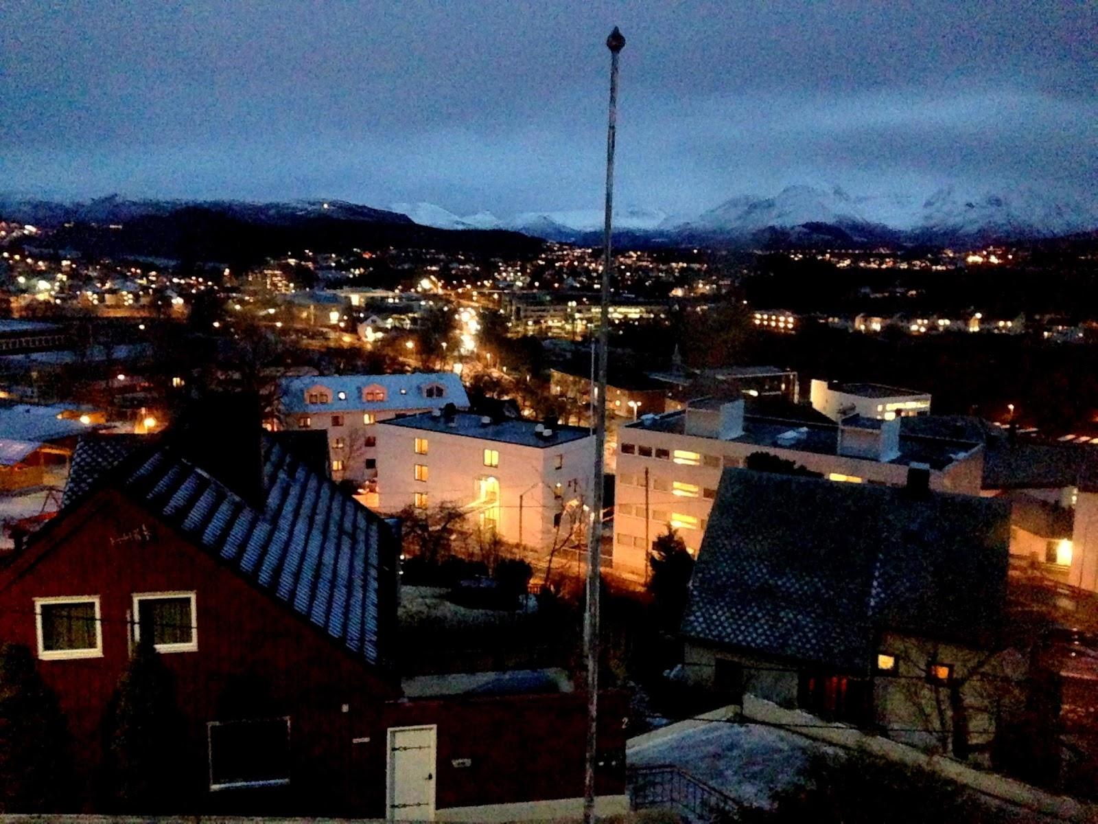 Oświetlone Alesund zimową nocą