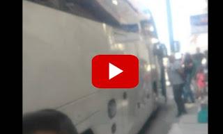 Τουριστικό λεωφορείο «σφήνωσε» σε στενό της Ελούντας [video]