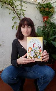 con mi ejemplar de cuentos de ciudad esmeralda