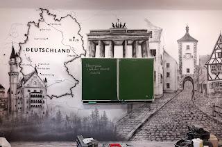 Malowanie graffiti w szole, sala języka niemieckiego, aranżacja sal w szkole, inspiracje, ciekawy pomysł na zagospodarowanie ścian. Warszawa, malowanie murali