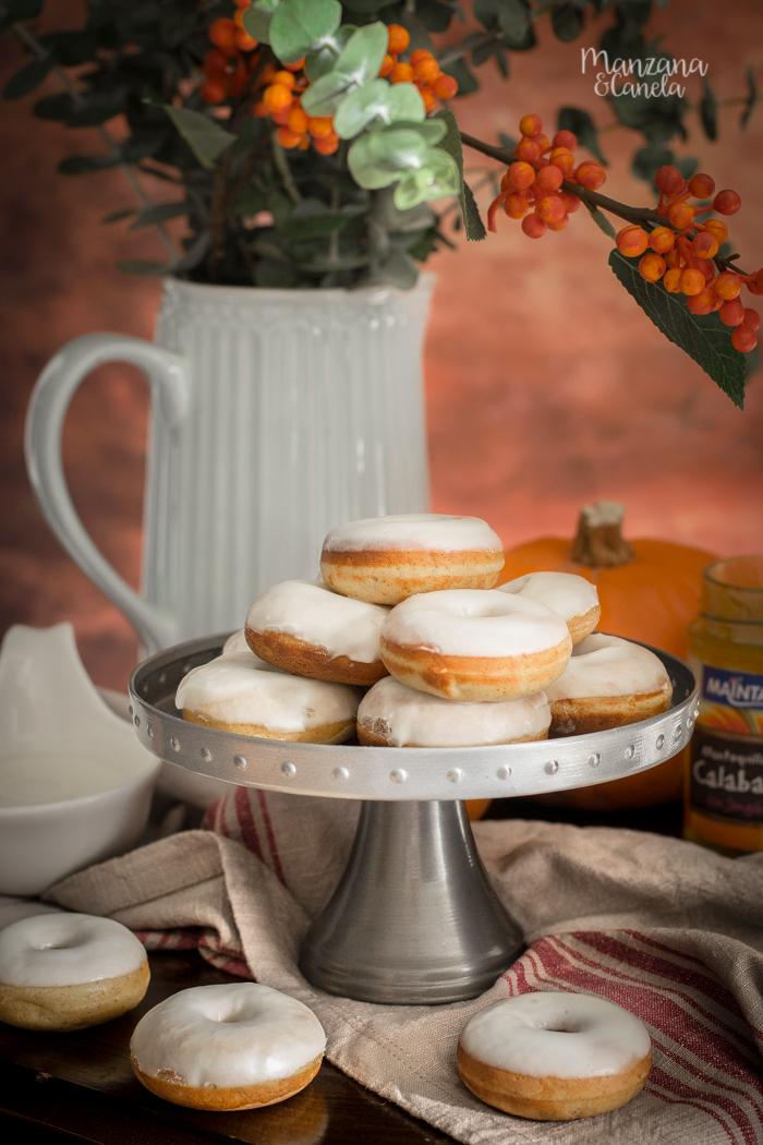 Mini donuts de calabaza con glaseado de queso. Receta de otoño muy fácil.