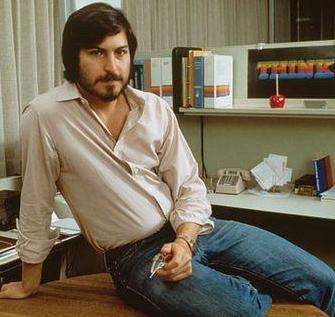 Foto de Steve Jobs posando con bigote y barba