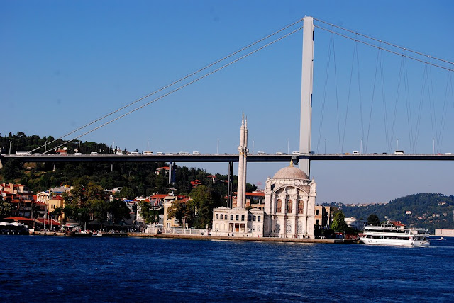 la mosquée Ortaköy fut construite sur la rive dans le style néo-baroque au XIXème siècle. Elle est située quasiment sous le pont du Bosphore que l'on voit en arrière-plan
