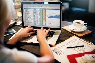 gambar analisa saham di atas meja kopi laptop buku