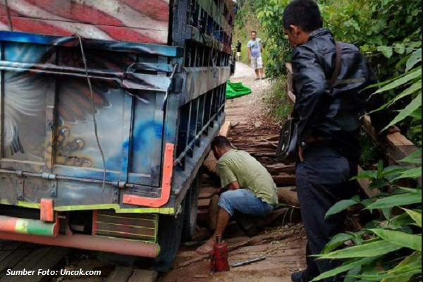 Seorang Warga Kapuas Hulu Minta Uang Pajak Perbaiki Jembatan Sungai Lalau Kenerak