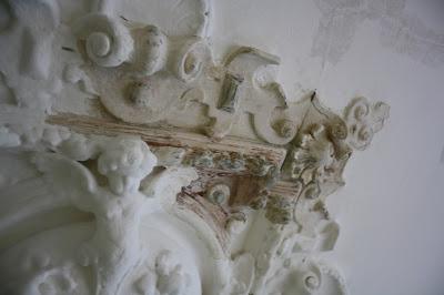 Detailaufnahme Stuckrosette Farbe entfernen Belz Bonn