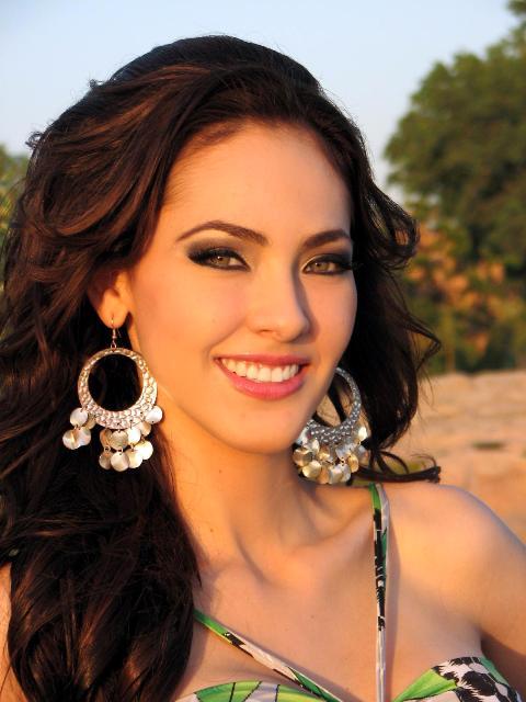 Perla Beltran Biography And Photos