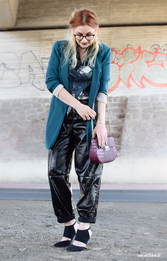 schwarze Lacklederhosem Blazer in Petrol, Bluse mit Blumenmuster