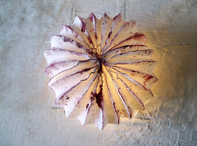 Lampada a forma di medusa realizzata con la carta da Alessandra Fabre Repetto