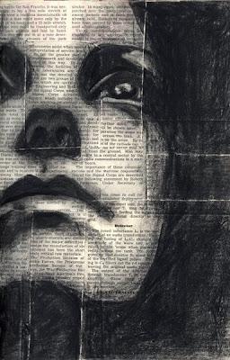 Rostro de mujer pintado en periódico.