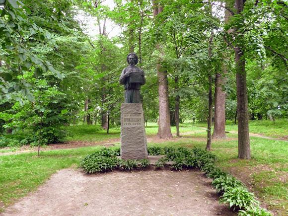 Батурин. Парк Кочубея. Пам'ятник П. І. Прокоповичу