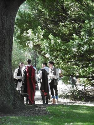 Beaux jeunes gentihommes en causette dans le parc, malooka