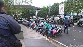 Bahu jalan sekitar jalan Gasibu dipakai tempat parkir