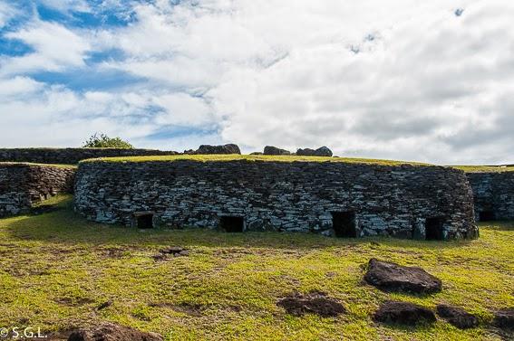 Fotografia de una casa de la aldea de Orongo en la isla de Rapa Nui