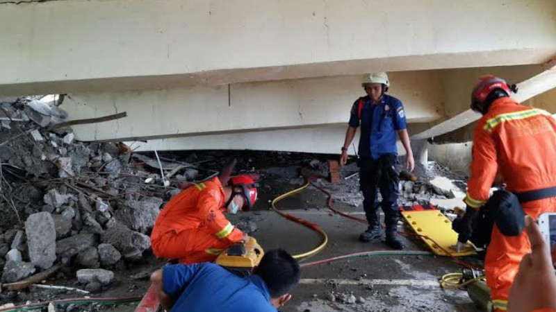 Proses evakuasi salah satu korban yang terjebak