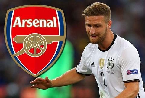 Mustafi có thể bù đắp điểm yếu tranh chấp bóng bổng của hàng thủ Arsenal