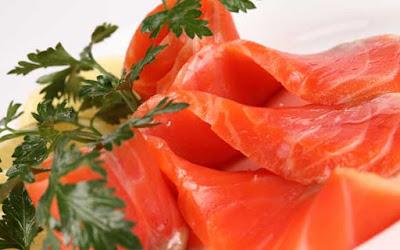 Рекомендуется брать готовое филе.  Рыбу залить холодной водой,  добавить соль,  коренья, луковицу целиком варить при медленном кипении 30-40 минут.  Вареную рыбу можно использовать для второго блюда.  Готовый бульон нужно процедить и затем использовать для приготовления супов.