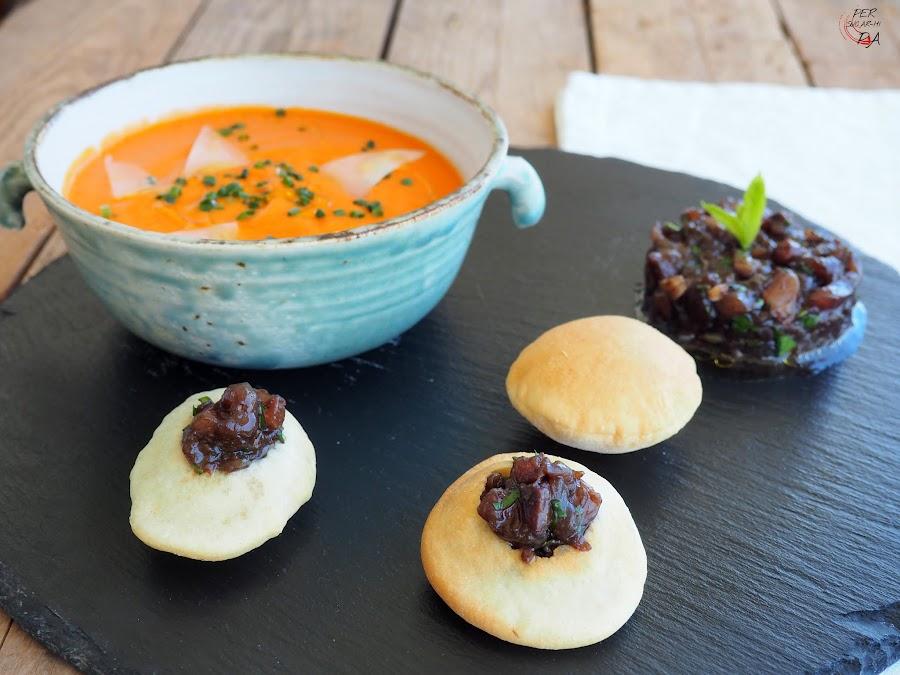 Sopa de tomate ahumada con queso Idiazabal, acompañada de un tartar de bonito prresentado como relleno de unos airbags de masa de pizza.