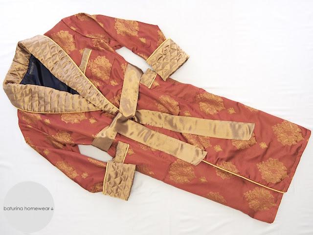 Eleganter englischer Herren Morgenmantel in Rot Gold mit Barock Muster und gestepptem Schalkragen.