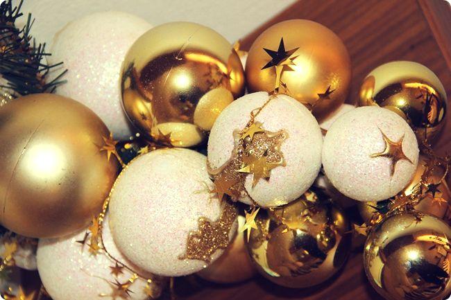 zlatna novogodisnja dekoracija doma