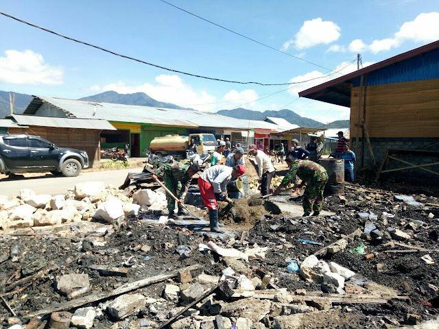 Babinsa Koramil 1705-06 Moanemani Bersama Warga Bersihkan Puing Bangunan Rumah