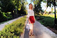 https://www.doganiammotyle.pl/2018/08/czerwona-spodnica-i-biaa-bluzka.html