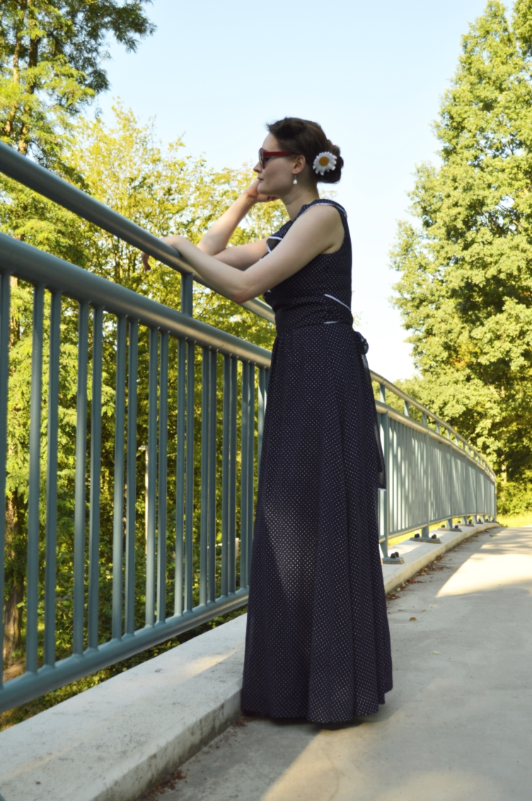 fashion blogger, peronal style, germany, vintage, retro, second hand, shop, shopaholic, georgiana quaint, quaintrlle, navy, dress, classy, chic, elegant, feminine, frill, couture, sewing, heart shaped glasses, where to shop, bratislava, slowakia