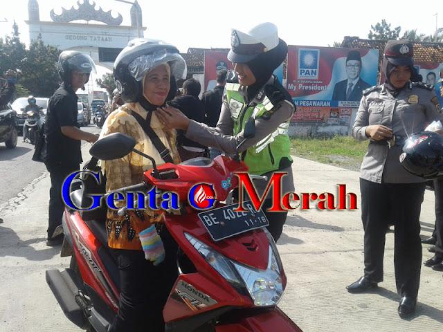 Sambut Hari Kartini, Polres Pesawaran Bagi Helm Gratis