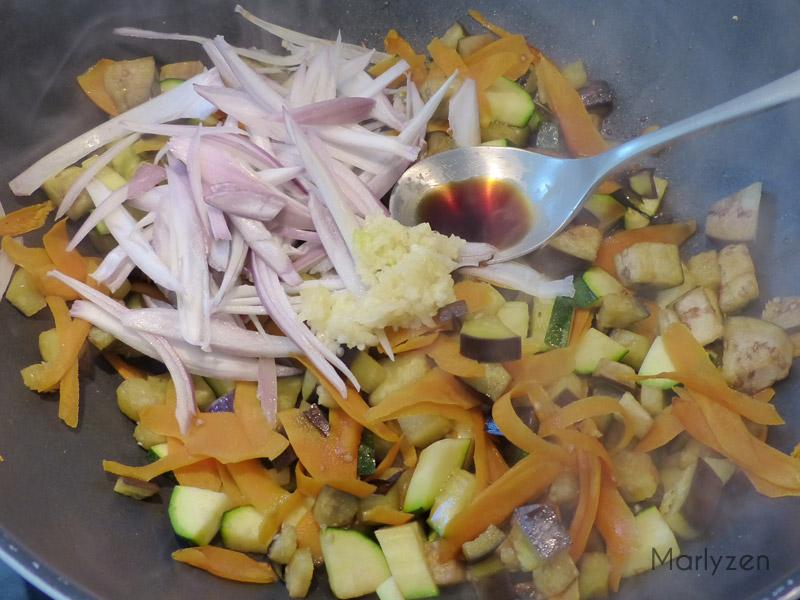 Ajoutez l'ail, l'échalote et la sauce soja.