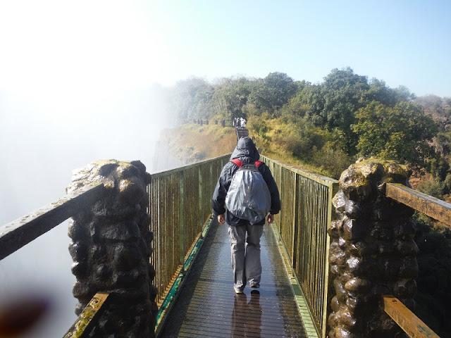 Cataratas Victoria, cruzando el puente de madera