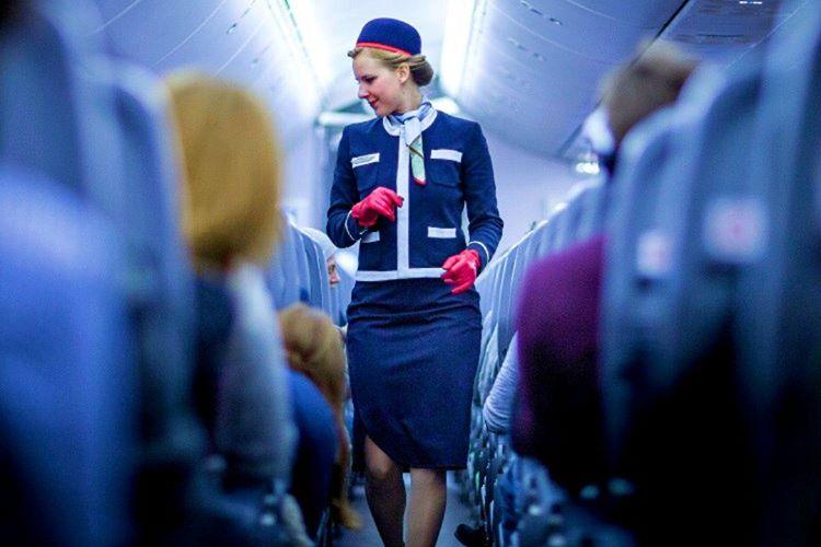 Uçak hostesi sizlere hizmet için vardır ama gereksiz yere meşgul ederseniz uyarılırsınız.