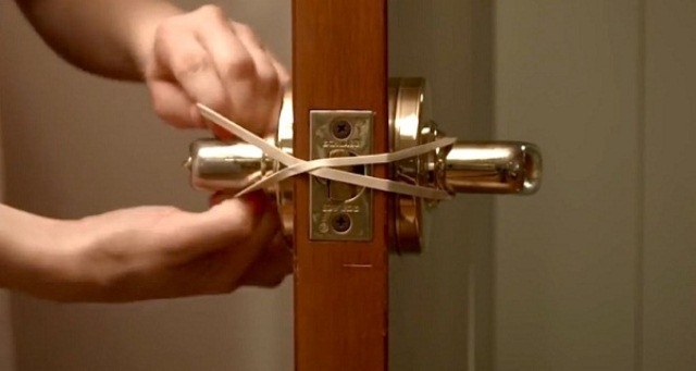 She Put A Rubber Band On The Door-When You See The Reason Why, You Will Surely Do The Same!