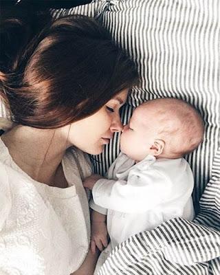 pose tumblr acostada con hijo