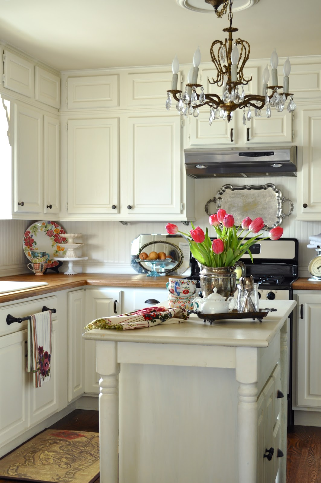 White Kitchen With Island: WhisperWood Cottage: 20 White Cottage Kitchens: Features