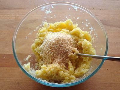 Aggiungere il parmigiano, il pecorino e la noce moscata.
