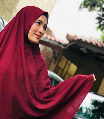 Bunga Azhari Pakai Hijab Merah