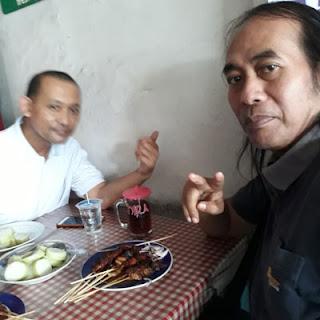 Matt Dolan dan Bambang Milagros di Depot Sate Sayang Pak Tukiyat Mergosono Malang