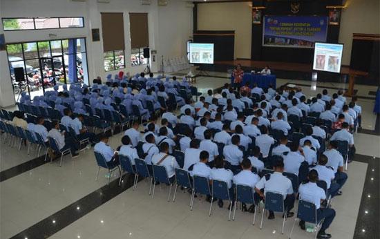 CERAMAH : Segenap prajurit dijajaran Pangkalan TNI AU Supadio mengikuti ceramah kesehatan tentang penyakit Difteri dan Filariasis di Graha Teddy Kustari, Kamis (11/1).  Foto Kapentak Lanud Supadio