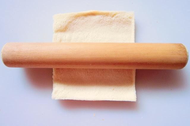 麺棒で食パンをのばす