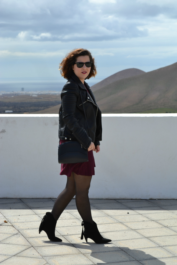 look_vestido_burdeos_cazadora_negra_botines_borlas_zara_lolalolailo_05