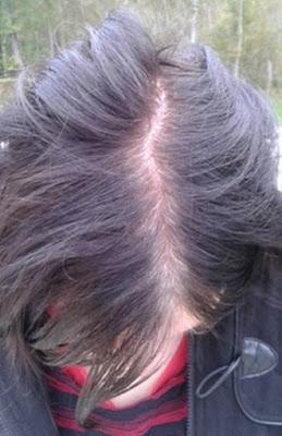 a gauche vous avez son ancienne couleur provenant dune coloration chimique couleur noir leffet racines blanches en train de repousser - Coloration Racines Blanches
