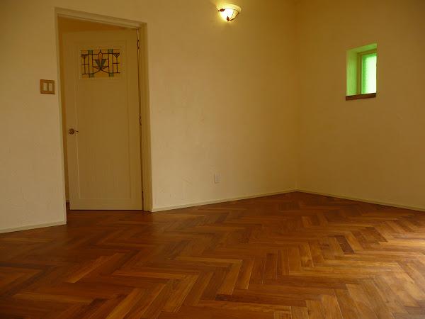 チークヘリンボーンを住宅の床に施工