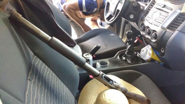 Arma apreendida com os três suspeitos que estavam no veículo (Foto: divulgação/ SSP)