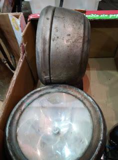 lámparas industriales en feria de antiguedades de Noja