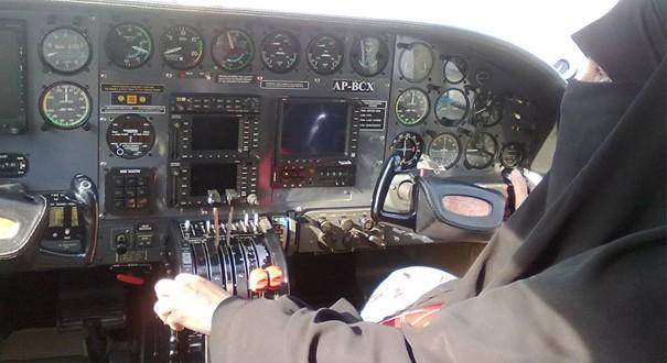 Masyaallah...Inilah Sosok Pilot Wanita Berhijab Dan Bercadar Pertama Di Dunia