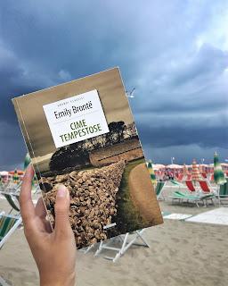 Cime tempestose Emily Bronte Felice con un libro