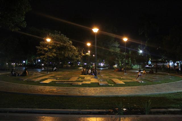 Taman Sritanjung di malam hari.