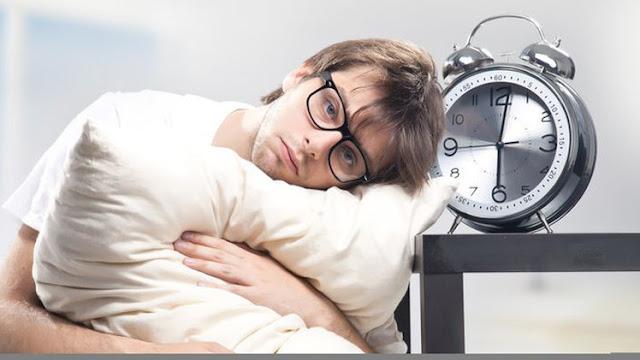 إلى كل من يعانون من الأرق وقلة النوم إليكم خدعة سحرية تجعلك تنام في دقيقة واحدة فقط