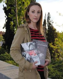 Foto da historiadora Laia San José Beltrán e seus dois livros sobre temática viking