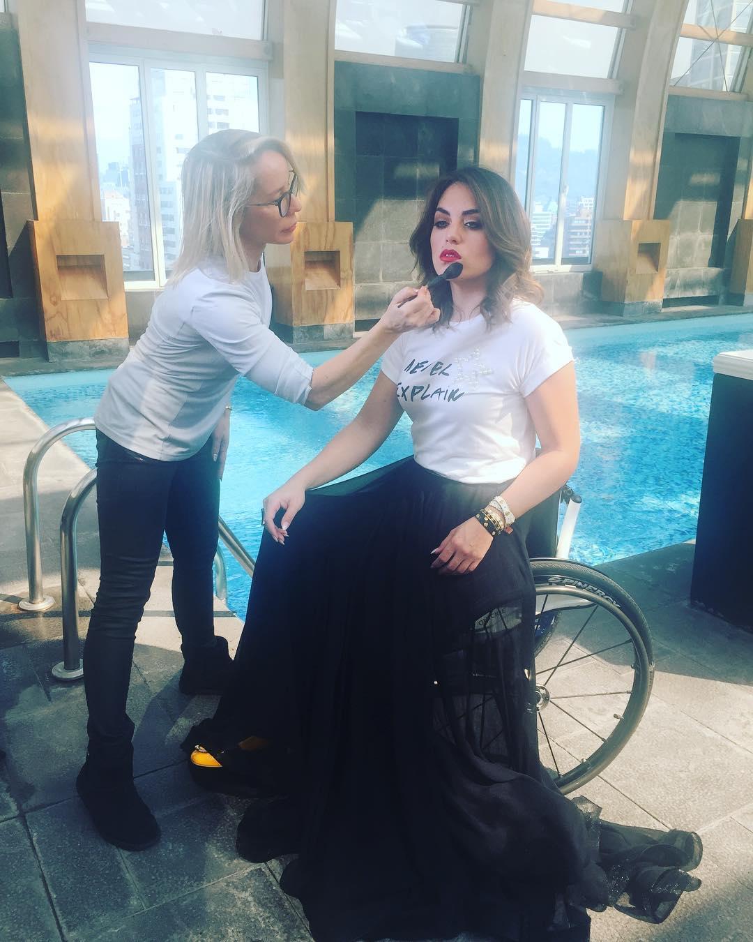 María Paz Díaz siendo maquillada por Carla Gasic
